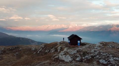 Voor één nacht alleen op wereld in een onbemande Italiaanse 'Bivacco' op 2365m